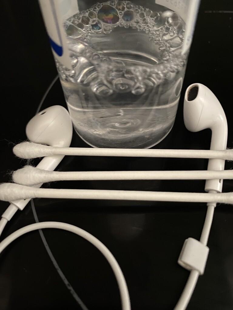 In Ear Kopfhörer reinigen sauber machen Ohrenschmalz